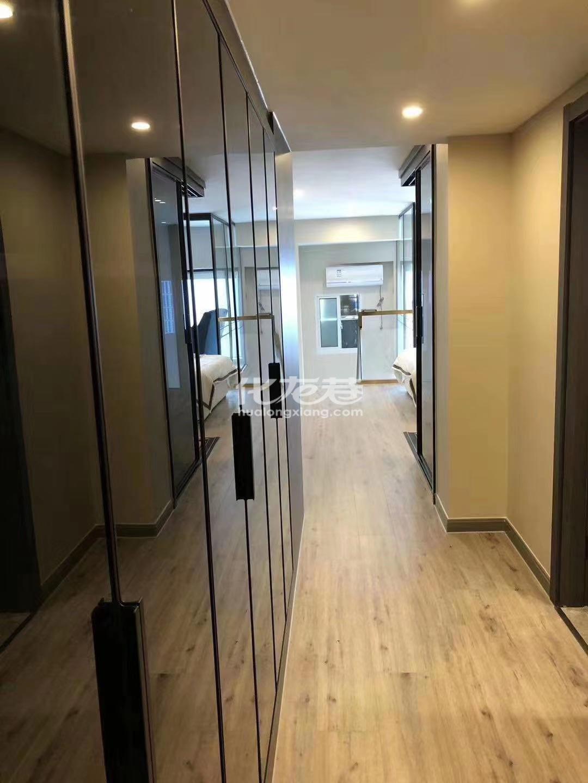 市中心地铁口银座公寓,挑高5.4米,双钥匙可做两套出租!!