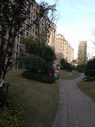 新城春天里 1楼 豪装两房 实木家具 前排无遮挡 满二急售